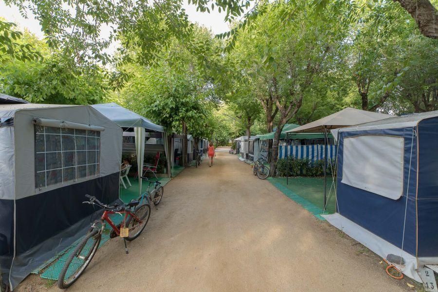 Emplacement camping confort avec caravane Camping Caballo de Mar